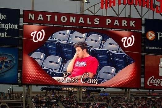 kiss cam del estadio lo señalo y se encontraba solo no habia nadie cerca de el a quien besar