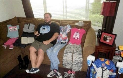 hombre construye a su familia a partir de prendas de vestir y zapatos