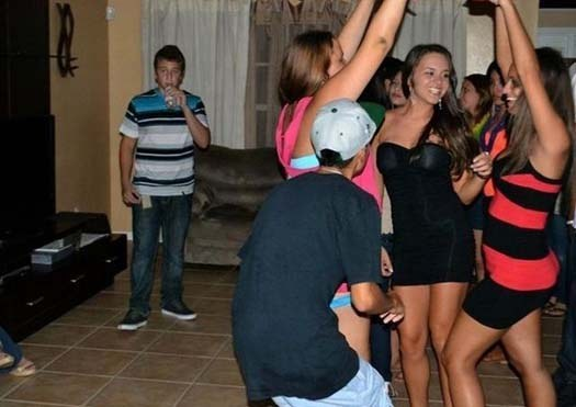 todos bailando en una fiesta y el chavo del fondo solo los ve
