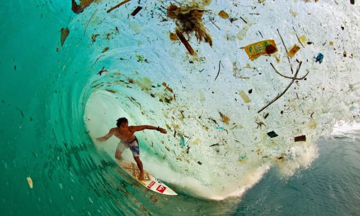 Contaminación en el mar de filipinas fue captada mientras un surfista esta dentro de la ola