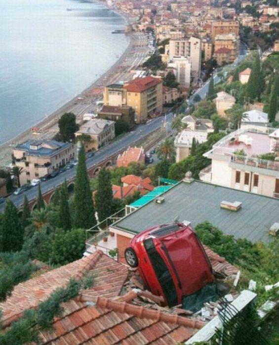 un carro literalmente atascado en un techo en un lugar donde parece no hay carretera