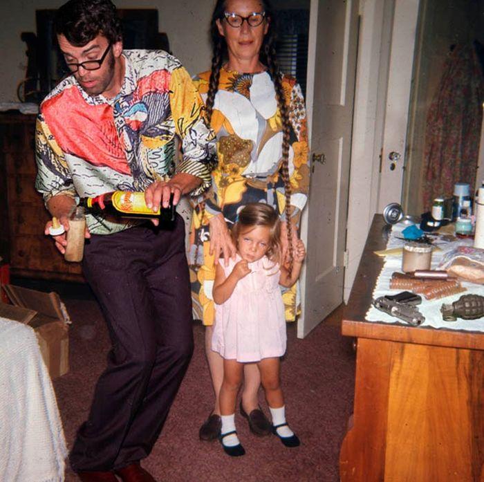 papa sirviendo kalhua en el biberon de su hija para dormirla a escondidas de la mamá