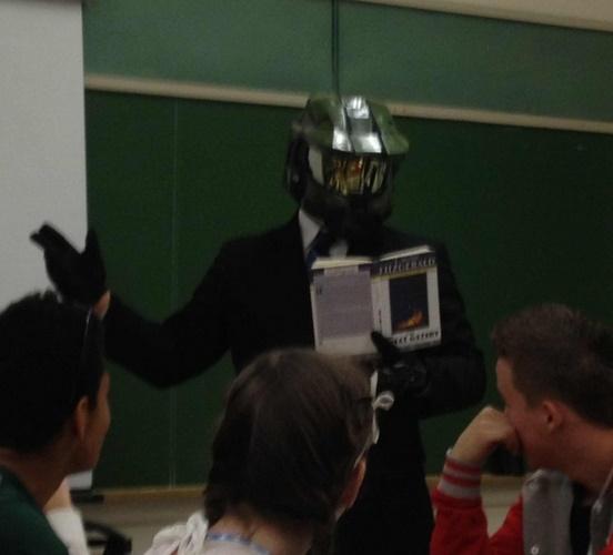 Maestro de literatura explicando su clase en Halloween