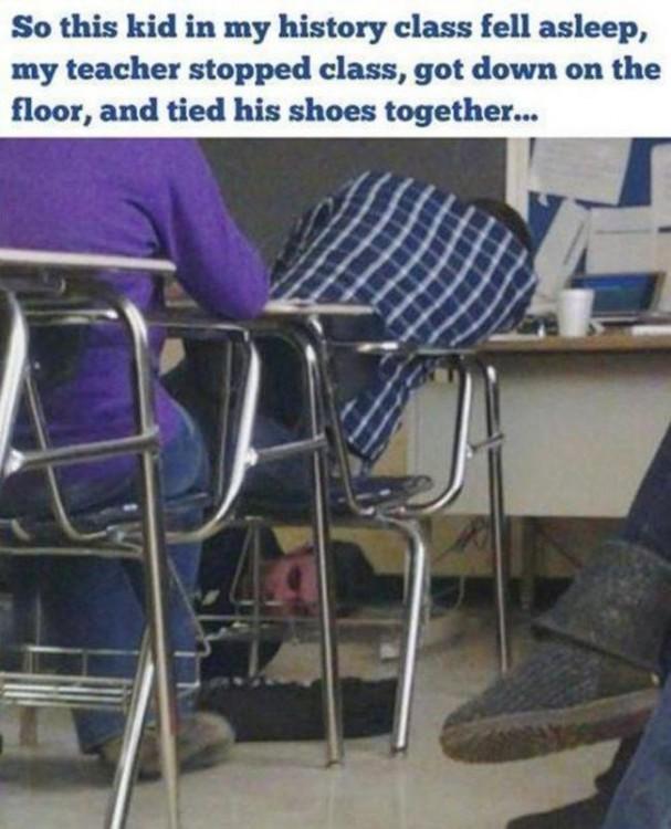 alumno se queda dormido en clase y el maestro se tiraal suelo para acompañarlo a dormir