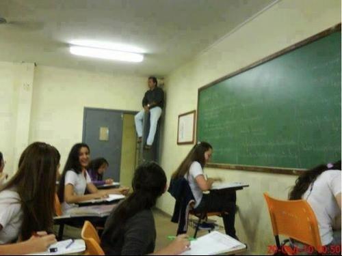 maestro vigilando a sus alumnos desde arriba en un exmen