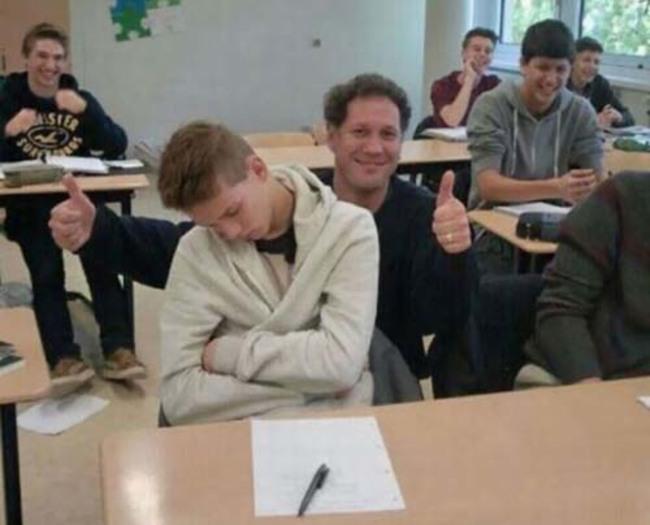 maestro se toma foto con alumno que se quedo dormido en su clase