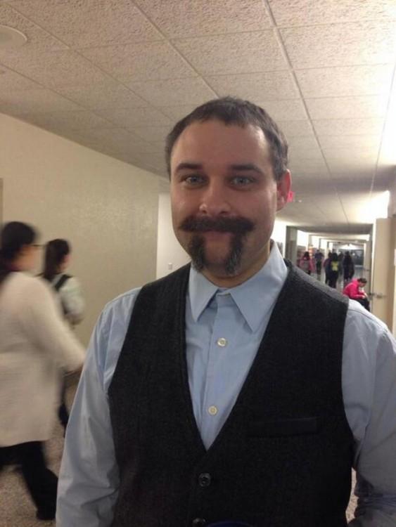 mestro se marca la barba con forma del pi