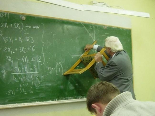 maestro esplicando teoremas marcando con una silla las lineas