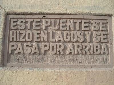 letrero donde se especifica para que sirve el puente y como se usa