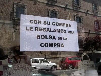 letrero poco claro sobre ventas de bolsas pegado en un vidrio
