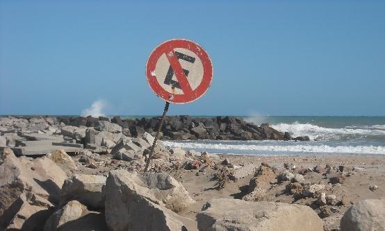 letrero de no estacionarse y en ese lugar hay rocas