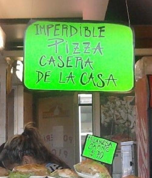 pizza de casa en letrero verde y venden carne
