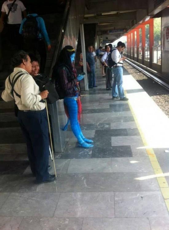 mujer disfrazada de avatar en el metro