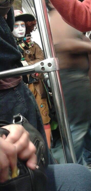 caracterización del sombrerero loco en el metro
