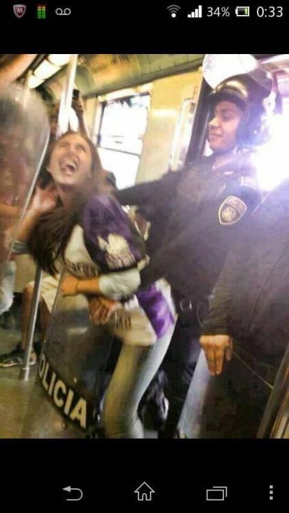 policia bailando con una chava en el metro en horas de trabajo