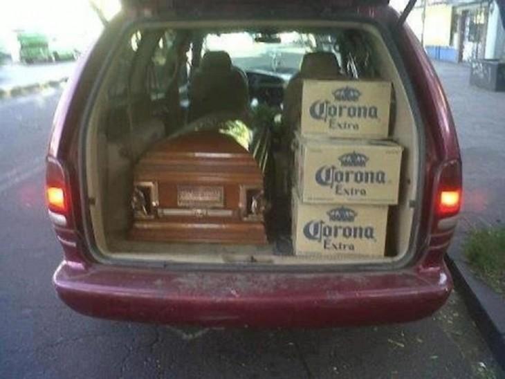 ataud con cartones de cerveza a un lado en una van
