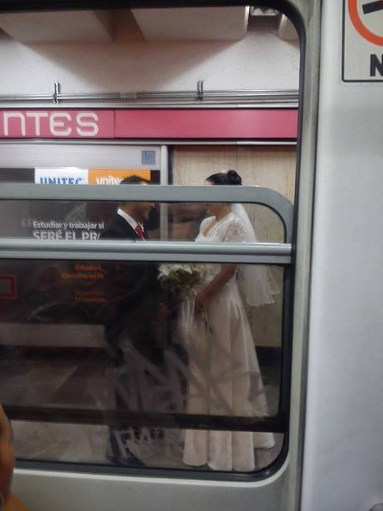 pareja casandose en el metro