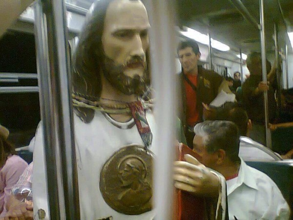 estatuilla de santo en el metro