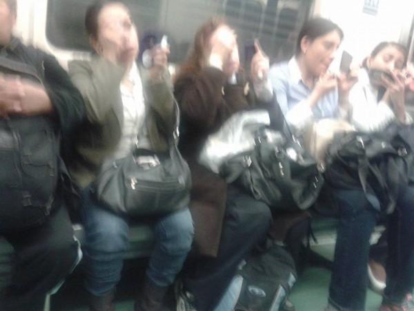 mujeres maquillandose en el metro