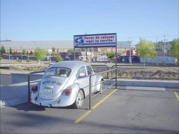 vocho estacionado en el lugar de los carritos del super
