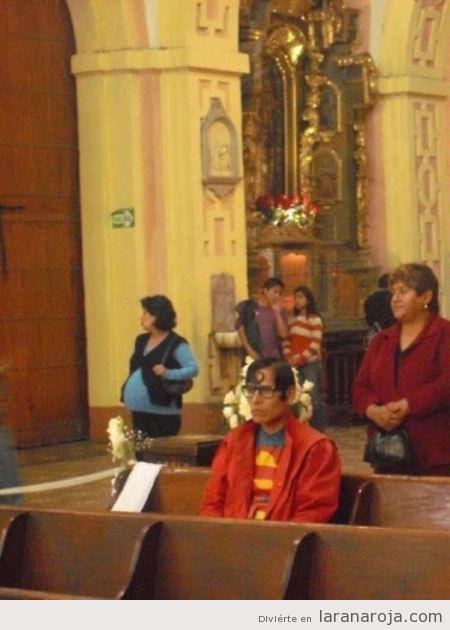 hombre disfrazado de superman en la iglesia