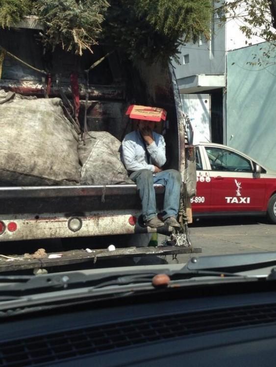 hombre de la basura con carton en la cabeza