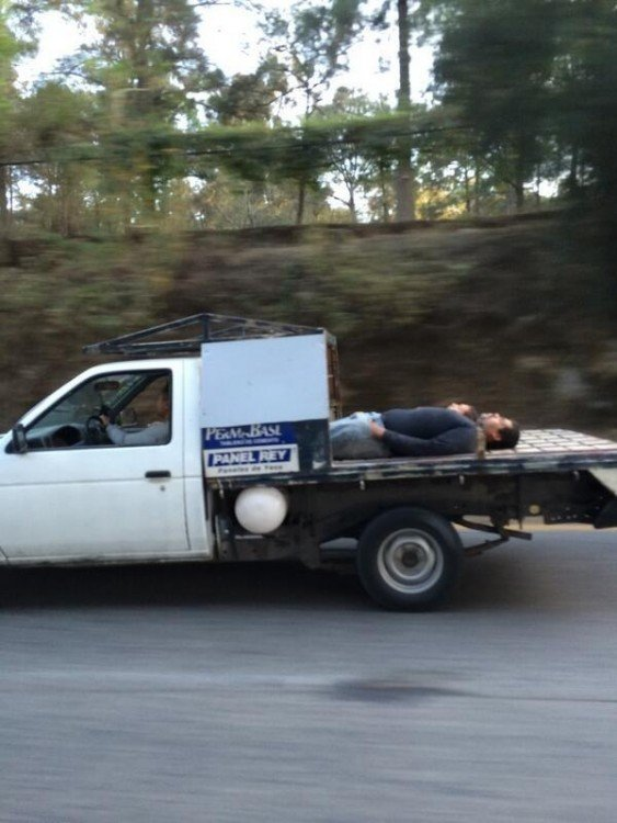 camioneta con cinturon en el cuello