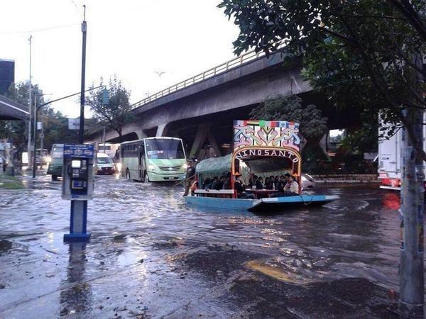 trajinera por las vialidades de xochimilco
