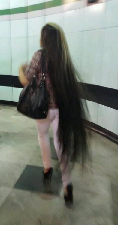 cabello largo en el metro