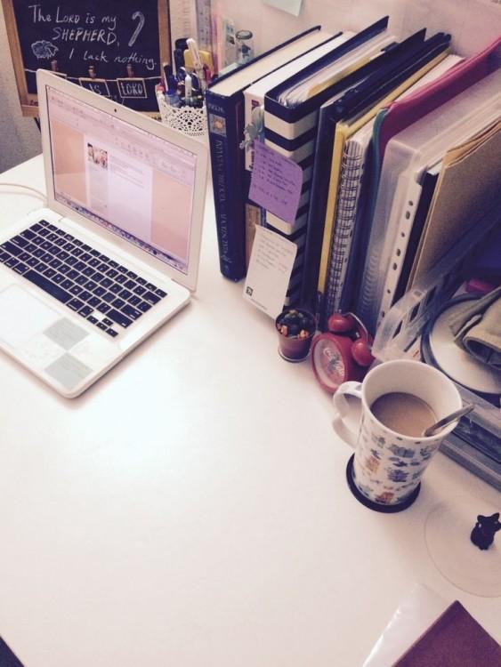 escritorio con libros y cafe