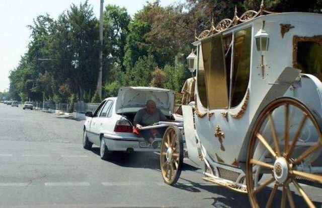 auto jala carruaje mientras un señor lo va deteniendo con un lazo