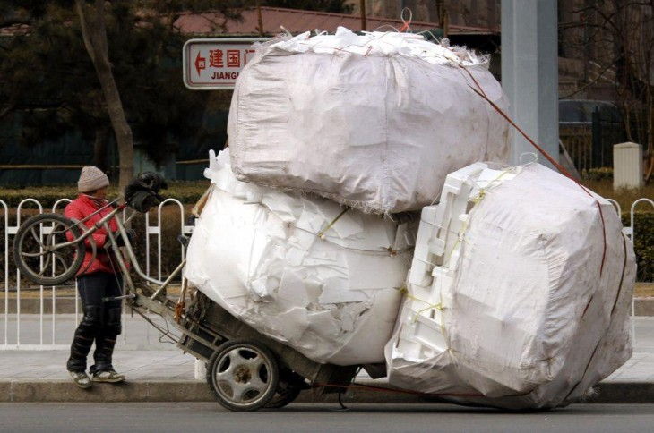 chino observa su moto debido a que se levanto por la sobrecarga