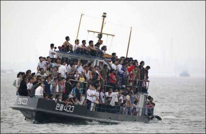 barco pesquero transporta a pasajeros con sobre carga