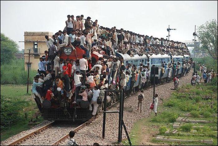 tren de pasajeros en nueva delhi donde aunque sea por fuera los pasajeros prefieren subirse que quedarse en la ciudad
