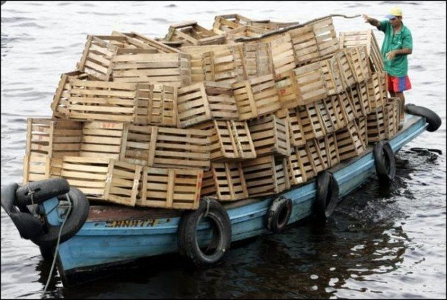 barco pesquero cargandocajas de madera