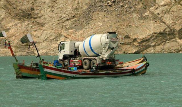 pipa de cemento transportada en dos barcas