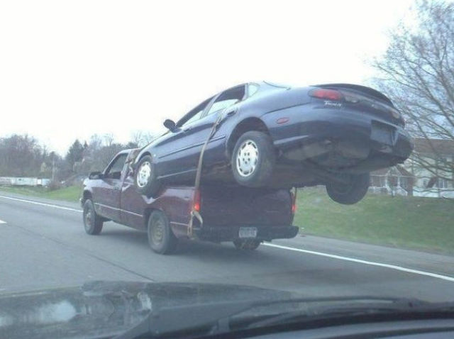 Auto sobre camioneta amarrado pero parece que se atoró