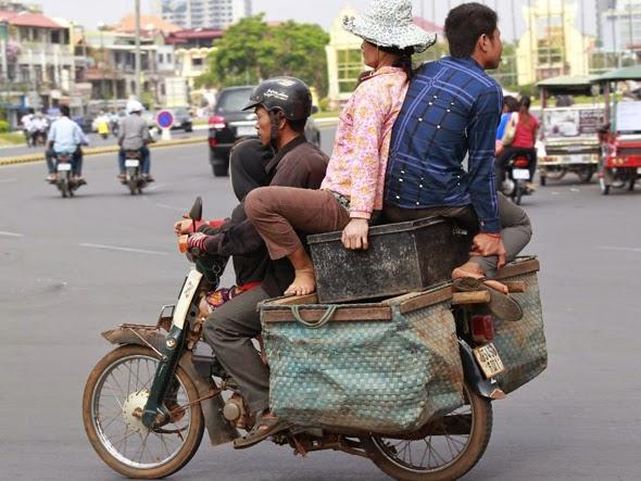motociclista lleva de mudanza a su familia