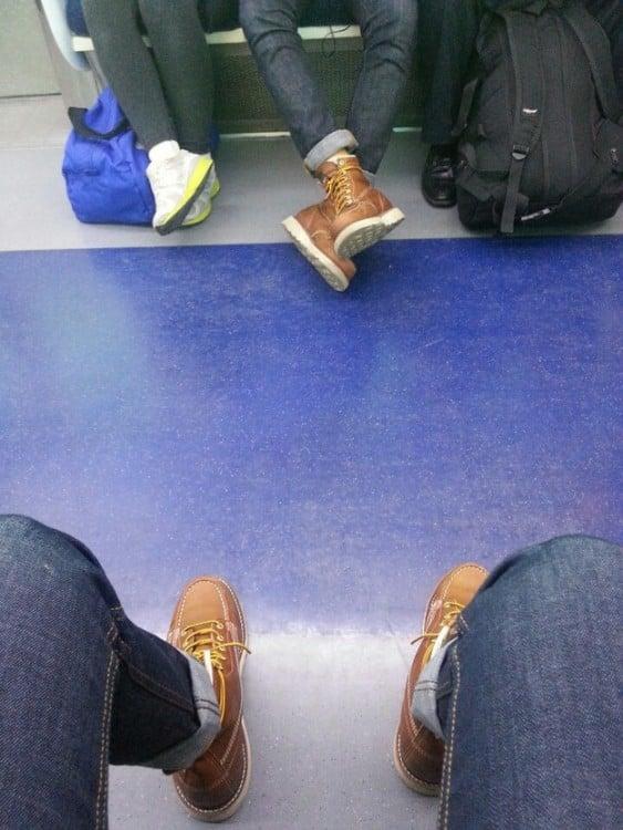hombre en el metro trae los mismos zapatos que el de enfrente