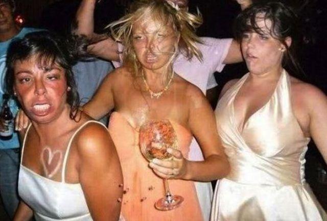 mujeres sumamente ebrias posando para la foto