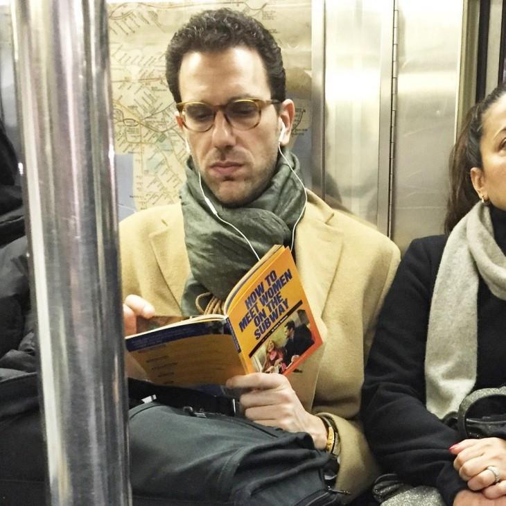 hombre buscando como ligar en el metro mientras viaja en el metro
