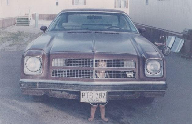niño atorado en el chasis del carro