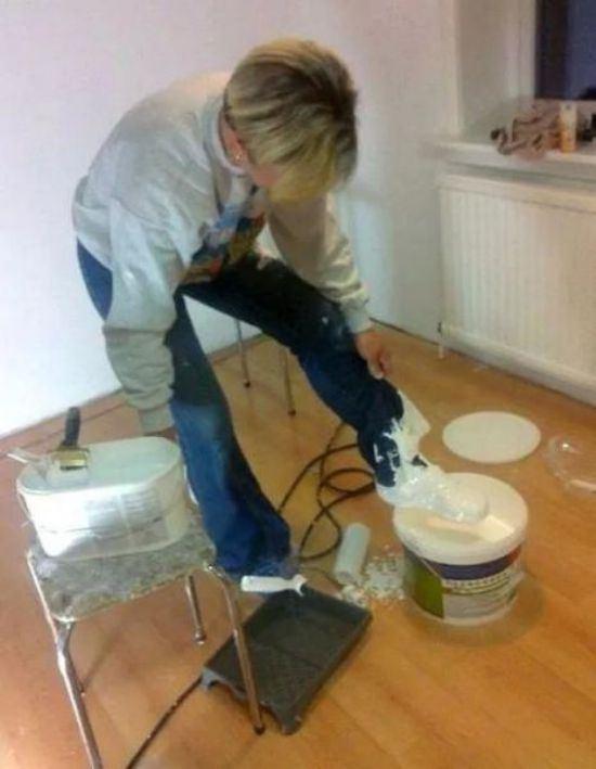 mujer con bote de pintura mete el pie y se mancha el zapato y la ropa