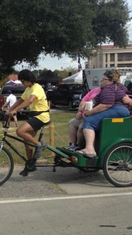chino pedalea taxi ecologico con dos personas a bordo con sobrepeso