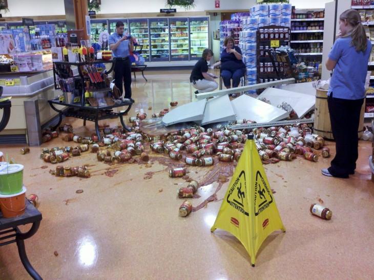 latas de refresco tiradas en el suelo del centro comercial todas derramadas