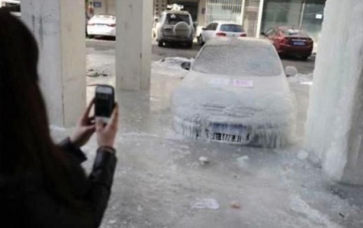 avientan agua hirviendo a carro donde el clima es de -41 grados