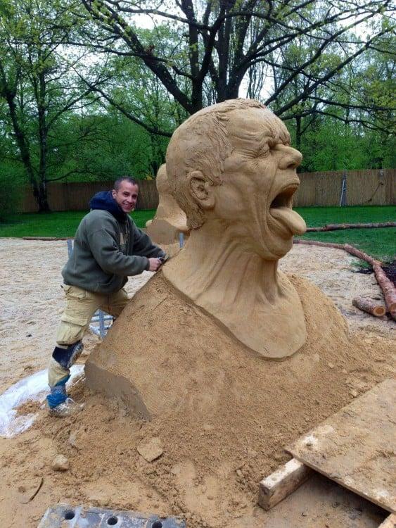 maestro de arte esculpe cabeza sacando la lengua