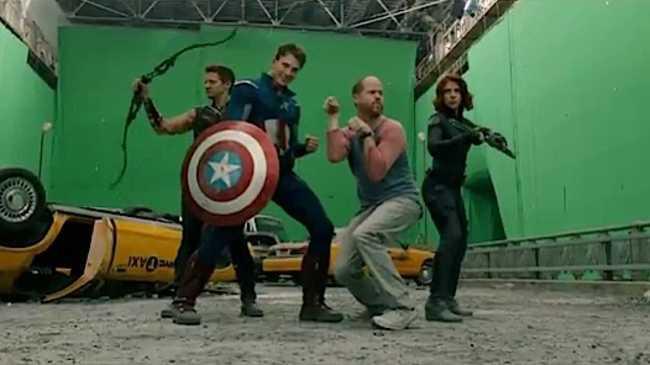 director de la pelicula les dice como posar a los super heroes