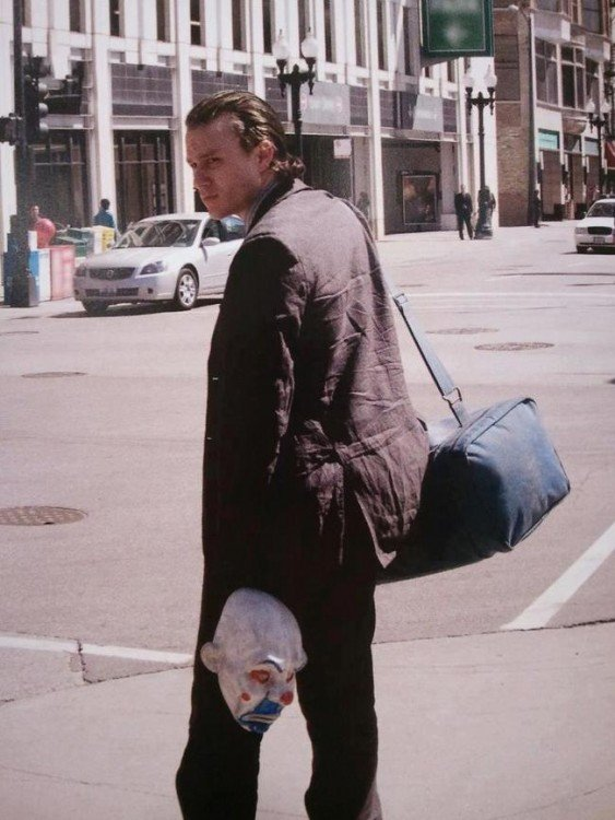 joker sin maquillaje cruzando la calle