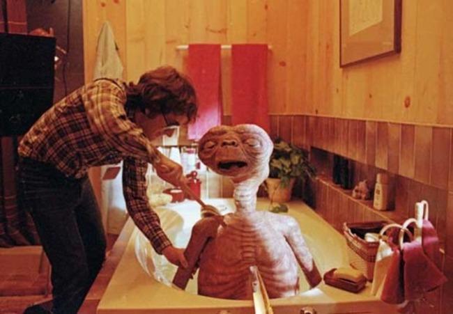 muñeco e.t. recibiendo un baño